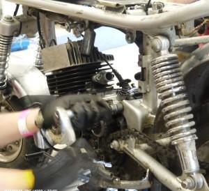 Moottorin ripustuspulttien aukaisu.