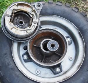 Takapyörä jarrupuolelta. Ruostetta käytön puutteesta ja painepesusta mutta jarru toimivat.