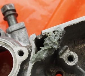 Magneeton reuna massattu kemiallisella metallilla.