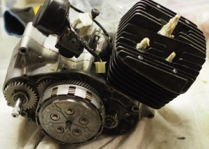 Moottori kylkiä lukuunottamatta kasassa.
