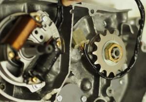 Magneetto asennettuna, johdot niputettuna. Muista tarkistaa myös läpivientisuojan kunto!