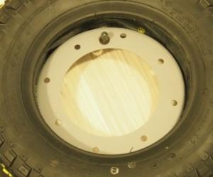 Sisäkumi renkaan sisään ja vanteen päälle, venttiilin pujotus.