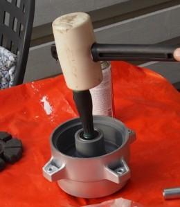 Vastapuolen laakerin lyöminen paikoilleen ruuvarivartta apuna käyttäen.