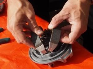 Jarrukenkien asennus laippaan keikauttamalla, varoen sormien jäämistä väliin.