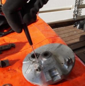 Moporemontissakin tarvitaan hienomekaniikkatyökaluja. Nopeusvaijerin päätyholkin pidätinruuvin irroitus.