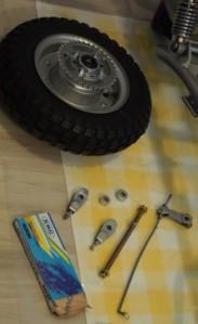 Takapyörä osineen valmiina. Akseli ja ketjut uudet (myöhemmin myös jarrurauta).