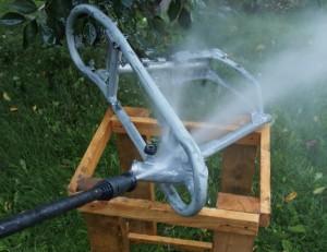 Painepesurityöstöä maalinpoistoaineen levittämisen jälkeen.