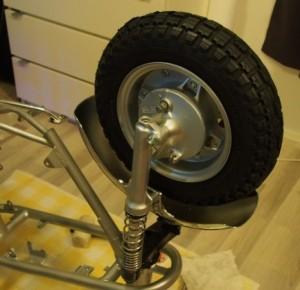 Etupyörä paikalleen; aluslevyt molemmin puolin rasvattua akselia ja sokkavarmistus.