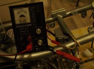 Säädettävä (sekä jännite, että virta) teholähde kiinnitetty jännitteensäädintä simuloimaan