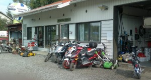 PeeVeli jonossa BT Moto&Service pihassa