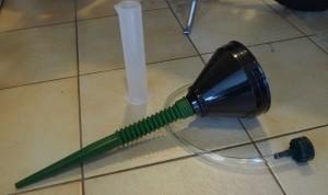Mopoilijan perustarvikkeita: suppilo karkeasuodattimella ja taipuisalla putkella, mittalasi, letku.