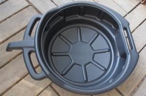 Laakea, nokallinen, liuottimenkestävä astia on kätevä öljynvaihdossa ja osien pesussa.