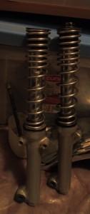 Tulpat uudelleen sisäputkiin kiinni, jotta öljyt pysyvät toistaiseksi sisällä. Toinen sisäputki on lyhyemmällä kuin toinen, ts. viat alkavat tulla esiin.