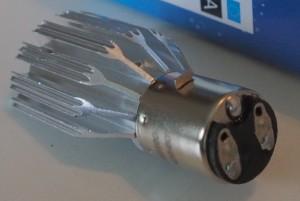 BA20D kanta on toteutettu hyvin. Jäähdytysripa on muhkea näky ledien kokoon nähden.