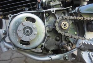Magneeton kopan alta paljastuu siisti magneeton puoli ja normaalin likainen vetoakselin puoli.