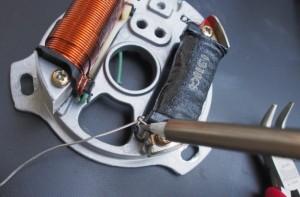 Sytytyspuolan johtimet on juotettava kiinni.