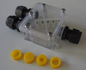 IP68 luokan kytkentäkotelo liittimineen, kytkentärimoineen ja läpivientikumeineen