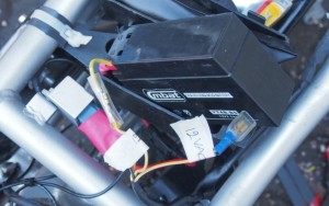 Testausta varten akku kiinni. 12 VDC ja 12 VAC johdot eivät saa mennä sekaisin ja ne on syytä merkata.