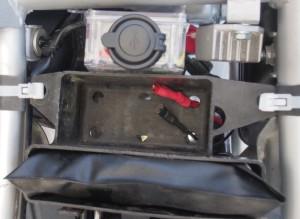 Kytkentäkotelo paikoillaan työkalukotelon kyljessä.