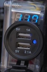 Valojen päälläolo pudottaa akun jännitettä vajaan voltin, kun mopo ei ole käynnissä ja siis lataa akkua.