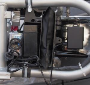 Voimakkaat magneetit pitävät jäljittimen vaikka lokarissa kiinni. USB-pistokkeesta voi ladata myös GPS-jäljitintä