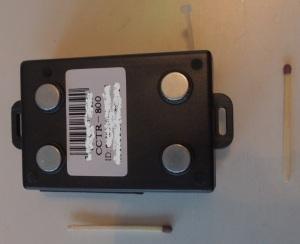 GPS jäljittimen pohjassa on voimakkaat magneetit ja tärkeä identifiointitarra