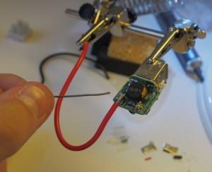 USB-pistokkeiden johtojen juottaminen. Muista napaisuus!