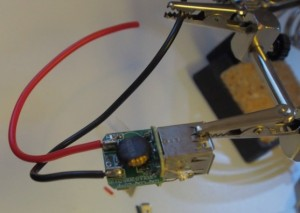 USB pistokkeen syöttöjohdot juotettu.