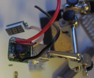 Mittarin johdot juotettiin USB-pistokkeen johdojen rinnalle. Näin vähennettiin kytkentäpaikkojen tarvetta.