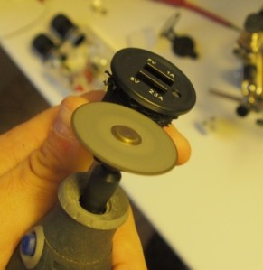 USB-pistokkeen etupaneelin irrotus Dremelin katkaisulaikalla